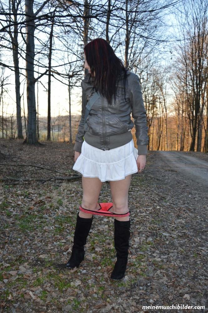 Nackt an der Waldscheune - Meine Muschi Bilder